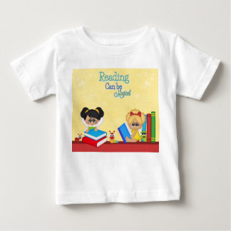 読書は魔法の本の赤い黄色の虫の女の子である場合もあります ベビーTシャツ