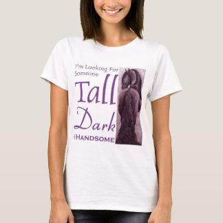 誰か高い暗闇及びHandsom - Friesianの馬 Tシャツ