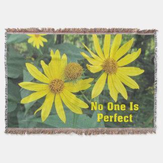 誰も完全で黄色い野生の花のブランケットではないです スローブランケット