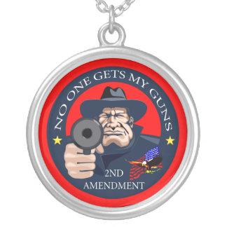 誰も私の銃1を得ません シルバープレートネックレス