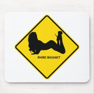 """""""警告します-可愛い人の磁石""""のデザイン マウスパッド"""