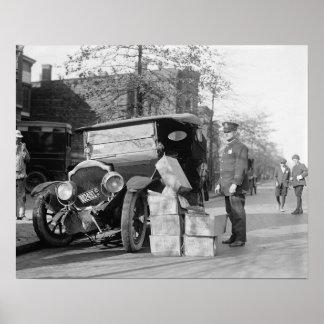 警察は酒類密造者をCarの1922年のヴィンテージの写真捕獲します ポスター