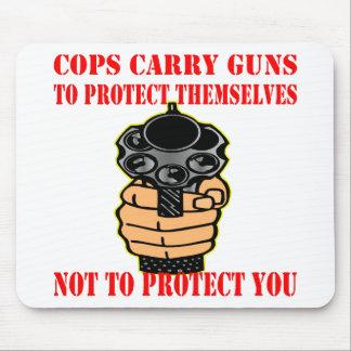 警察官は彼ら自身をないに保護するために銃を運びます マウスパッド