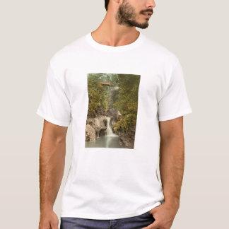 谷間は滝、皮、人、イギリスの島よろしいです Tシャツ