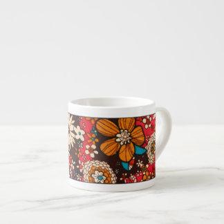 豊富で高価なヴィンテージの花の織物パターン エスプレッソカップ