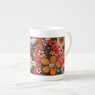 豊富で高価なヴィンテージの花の織物パターン ボーンチャイナカップ