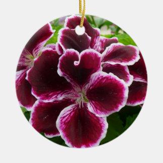 豪奢なゼラニウムによってはエレガントなあずき色の花柄が開花します セラミックオーナメント