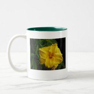豪華で黄色いユリのマグ ツートーンマグカップ