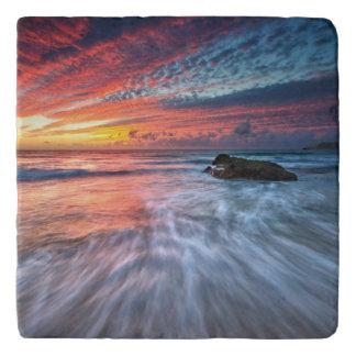 豪華な日没 の石造りのビーチ、El トリベット