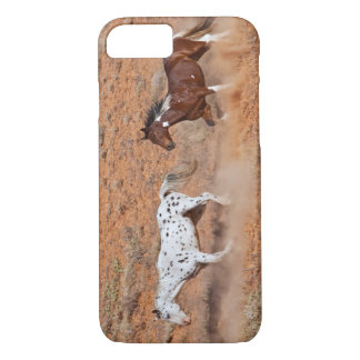 貝ワイオミングの大きい角MTを歩き回っている馬。 2 iPhone 8/7ケース