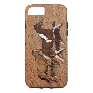 貝ワイオミングの大きい角MTを歩き回っている馬 iPhone 8/7ケース