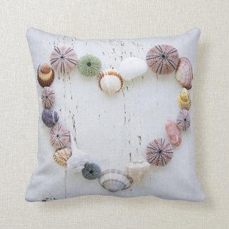 貝殻および石のハート クッション