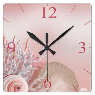 貝殻によっては熱帯ビーチ のピンクが夢を見ます スクエア壁時計