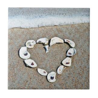 貝殻のロマンチックなデザインのビーチのハート タイル