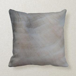 貝: ほとんど無地ので白いクリームの日焼けの灰色の枕 クッション