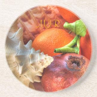 貝、ザクロ、オレンジ、モノグラムの静物画 コースター