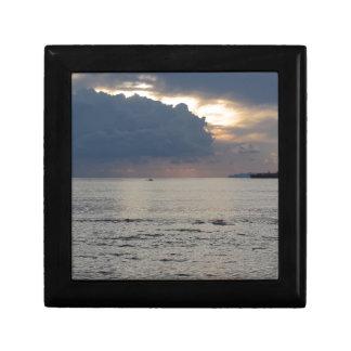 貨物船および小さなボートとの暖かい海の日没 ギフトボックス