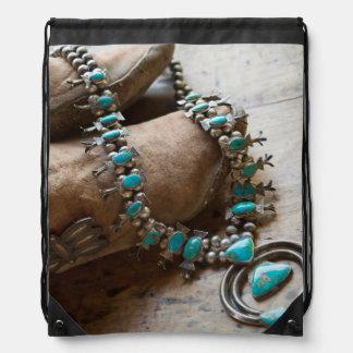 販売のためのネックレス、サンタフェ、ニューメキシコ。 米国 ナップサック