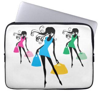 買い物袋が付いている短く青い服の女性 ラップトップスリーブ
