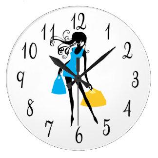 買い物袋が付いている短く青い服の女性 ラージ壁時計