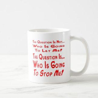 質問はだれが私をストップ行っているかです コーヒーマグカップ