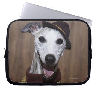 賭博のテーブルのWhippet服を着せられた犬 ラップトップスリーブ
