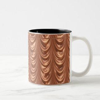 贅沢な蜜柑によってルーシュで飾られるサテンの生地に類似しています ツートーンマグカップ