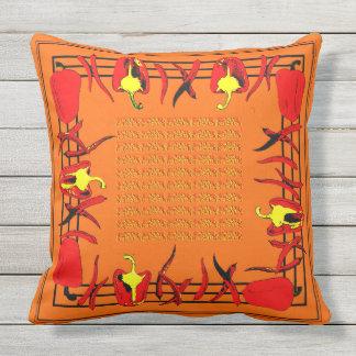 赤いおよびオレンジコショウは枕を設計しました クッション
