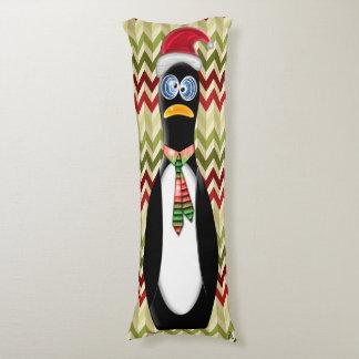 赤いおよび緑のジグザグ形のサンタのユーモアのあるなペンギン ボディピロー