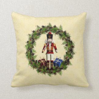赤いくるみ割りのリースのクリスマスの装飾用クッション クッション