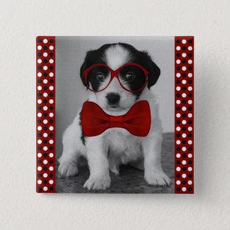 赤いちょうネクタイおよびガラスボタンを持つかわいい子犬 5.1CM 正方形バッジ