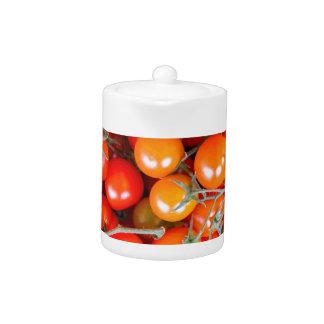 赤いつる植物のトマトの多くの束