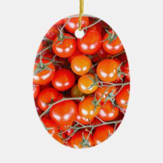 赤いつる植物のトマトの多くの束 セラミックオーナメント
