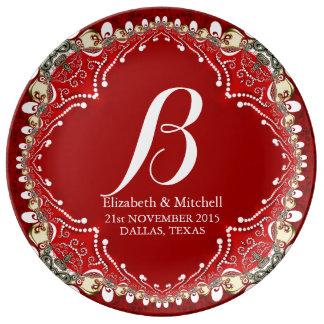 赤いろうけつ染めのボヘミアのモノグラムの結婚祝いの磁器 磁器プレート