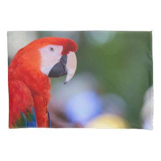 赤いオウムの写真 枕カバー