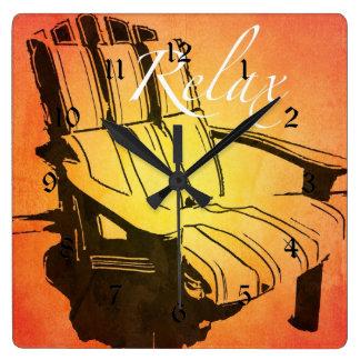 赤いオレンジAdirondackの椅子の夏のビーチをリラックスして下さい スクエア壁時計