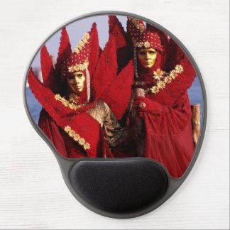 赤いカーニバルのコスチュームの美しいカップル ジェルマウスパッド