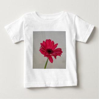 赤いガーベラのデイジー ベビーTシャツ