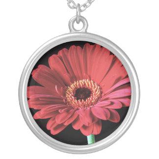 赤いガーベラのネックレス シルバープレートネックレス