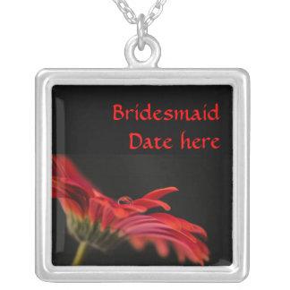 赤いガーベラの花の新婦付添人の結婚 シルバープレートネックレス