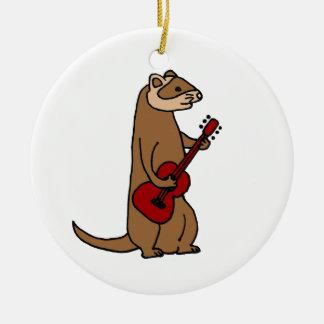 赤いギターを演奏しているおもしろいなフェレット セラミックオーナメント
