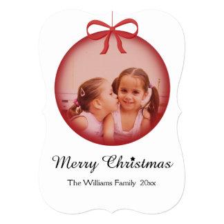 赤いクリスマスのオーナメントの中のカスタムな家族写真 カード