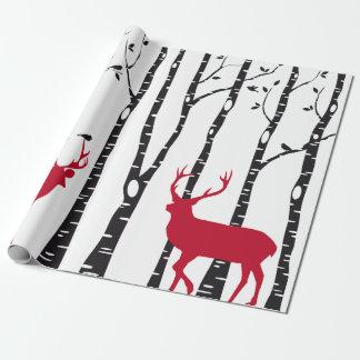 赤いクリスマスのシカおよび鳥が付いている樺の木 ラッピングペーパー