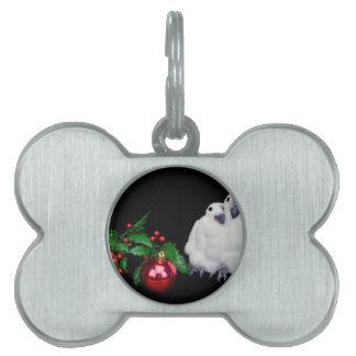 赤いクリスマスの球が付いているペンギンの置物 ペットネームタグ