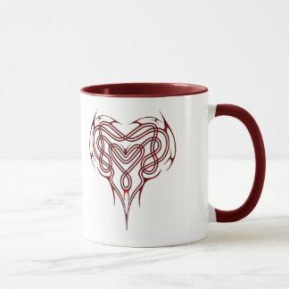 赤いケルト族のハートの結び目 マグカップ