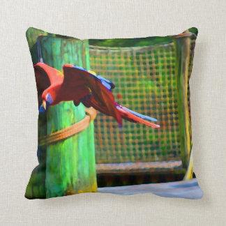 赤いコンゴウインコの飛行の抽象芸術のカラフル クッション