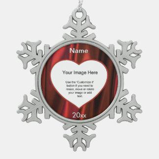 赤いサテンのハートの写真フレームのテンプレート ピューター製スノーフレークオーナメント