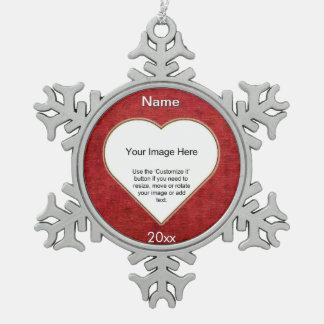 赤いシュニールのハートの形の写真フレームのテンプレート スノーフレークピューターオーナメント
