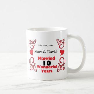 赤いスクロール及びハートの名前は及び10 Yr記念日に日付を記入します コーヒーマグカップ
