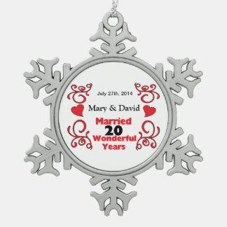 赤いスクロール及びハートの名前は及び20 Yr記念日に日付を記入します スノーフレークピューターオーナメント